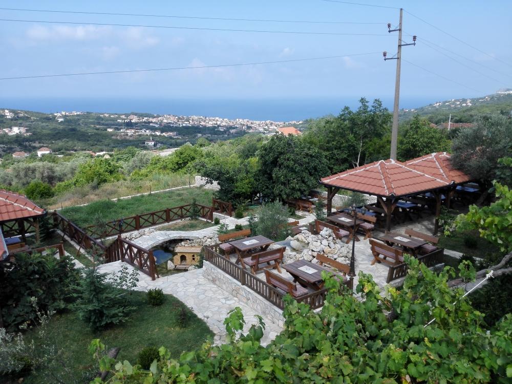 Etno Selo v pozadí Dobra Voda