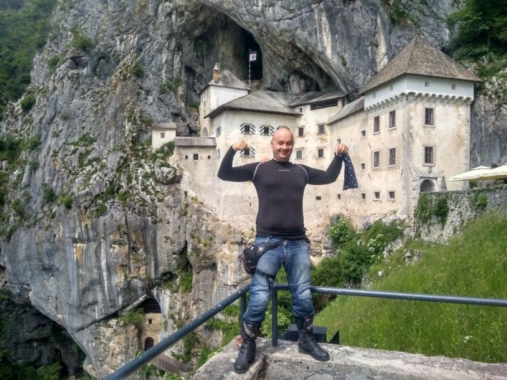 Predjamský hrad a v popredí Bruce Willis, Slovinsko