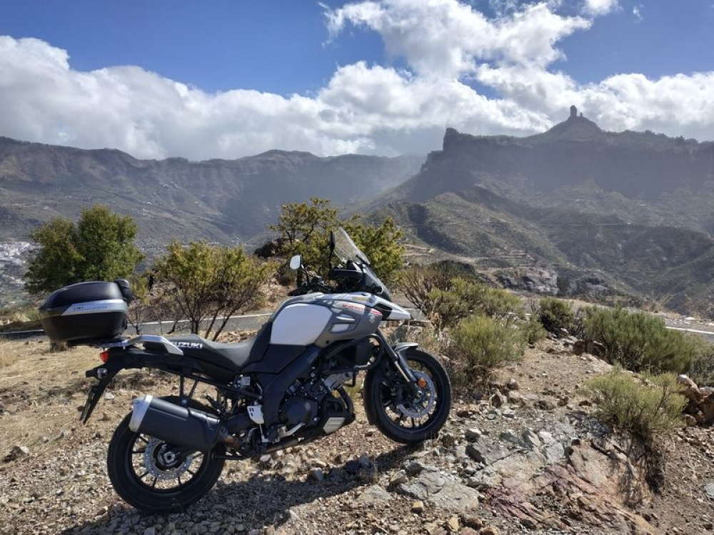v pozadi Roque Nuoblo, fotka z  parkoviska na GC-671