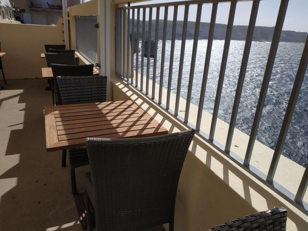 Kaviareň nad útesom