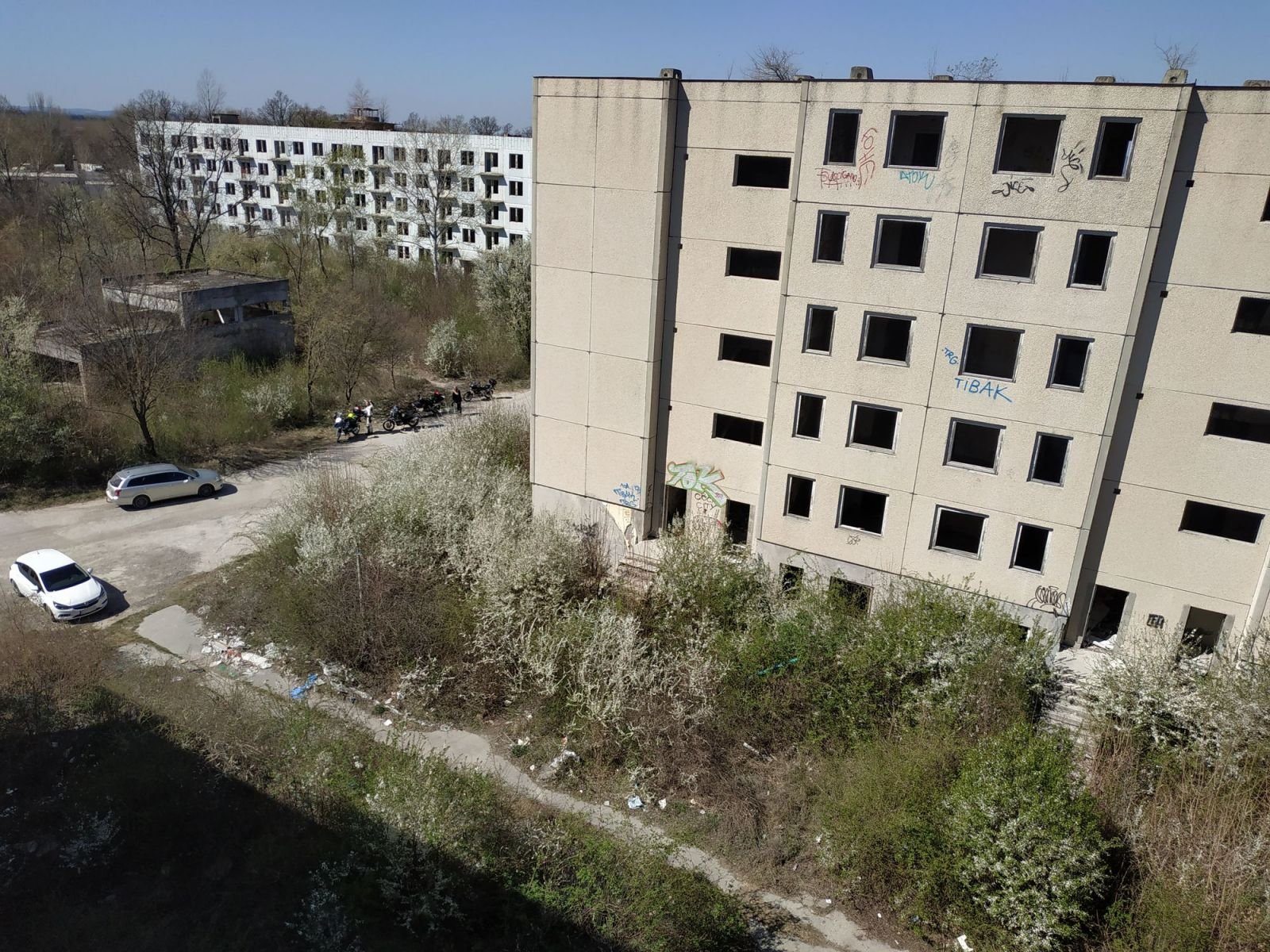 Pohľad z horného poschodia na vedľajšiu bytovku