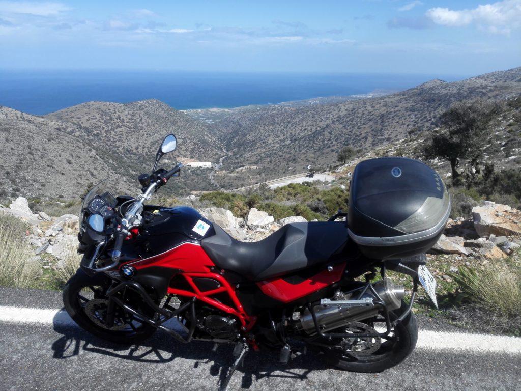 Výhľad na more ponad Ano Limnion, Kréta na motorkách
