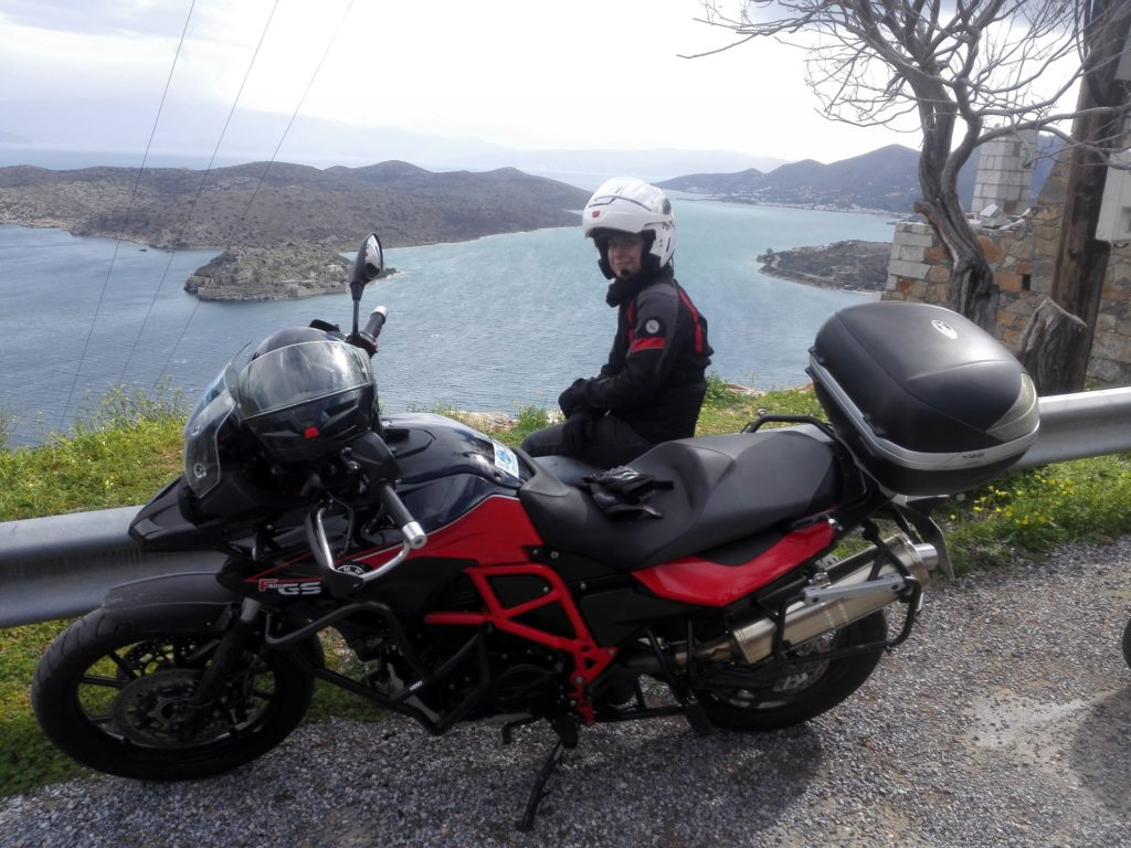 Spinalonga, Lenka a Kréta na motorkách
